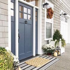 New ideas navy front door colors window House Paint Exterior, Exterior House Colors, Exterior Doors, Beige House Exterior, Beach Cottage Exterior, Front Door Paint Colors, Painted Front Doors, Navy Front Doors, Beach Style Front Doors