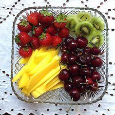 My Casual Brunch: Frutas frescas manga, cerejas, kiwi, morangos, amo...