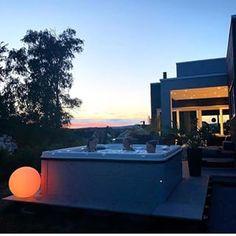 Deilig med massasje & 38 grader i vannet! 💦 Herlig stemningsbilde fra @futurenordichome 😄💕👍 Utespa er fantastisk hele året, finnes i mange størrelser og prisklasser, ikke så dyrt som du tror!.#Vikingbad #utespa #jacuzzi #boblebad #hverdagsluksus #bobedre #boligdrøm #interior4you1 #interior123 #interiørmagasinet #norskehjem #nordiskehjem #drømmehjem #inspirasjonsguidennorge 📷: @futurenordichome