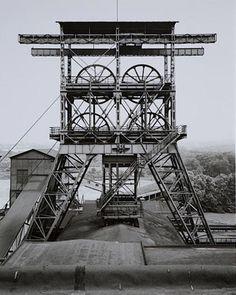 Bernd and Hilla Becher se conocieron siendo estudiantes de pintura en la Universidad de Düsseldorf. Su primera colaboración fue en 1959 documentando la desaparecida arquitectura industrial. (Según la Wikipedia)