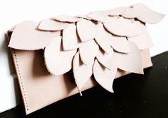 Questa pochette/borsa di cuoio è un pezzo funzionale dellarte ed è in attesa per adornare una bella donna.  Come unaggiunta di cattura dellocchio per un outfit semplice o come qualcosa di audace e diverso per un matrimonio.  La frizione è amorevolmente a mano qui in Australia da pelle conciata al vegetale naturale, API cerato fili di lino e ha un perno pulsante minimalista di ottone.  La pelle conciata al vegetale che uso è naturalmente abbronzata con foglie e corteccia. Potrebbe…