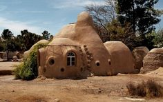 Eco-domes : Maisons en sacs de terre dans le monde