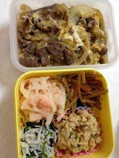本日のランチ - 3件のもぐもぐ - 牛肉と玉ねぎの甘辛煮卵とじ、レンコンの明太子マヨネーズ和え、きんぴら、卯の花、ほうれん草とシラス和え by Miho Muraguchi