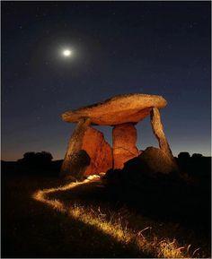 Dolmen por la noche alumbrado