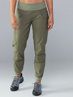 The women's prAna Kanab pants are made with an organically grown cotton canvas blend and feature double-layer fabric and articulation at the knees to give you the freedom you need while climbing. Womens Capri Pants, Pants For Women, Clothes For Women, Womens Hiking Pants, Hiking Clothes Women, Summer Hiking Outfit, Hiking Outfits, Sport Outfits, Overalls Women