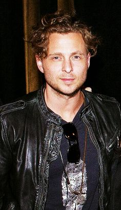 Look how his hair are long! Onerepublic, Pop Rock Bands, Cool Bands, Bass Cello, Ryan Tedder, Eddie Fisher, Curly Hair Styles, Singer, Artists