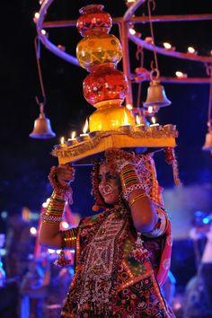 """Festival """"Navratri"""" en India.La costumbre inmemorial de culto a la diosa ha prevalecido en la India desde la antigüedad. Está dedicado a  3 avatares o diosas Shakti - Durga (la diosa guerrera), Lakshmi (la diosa de la riqueza), y Saraswati (la diosa del conocimiento)."""
