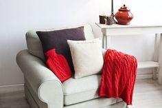 Kleuradvies voor de woonkamer De #woonkamer is de plaats waar de hele familie samenkomt. Hier kijk je tv, lees je een boek of klets je gezellig met elkaar. Om het energielevel in een woonkamer hoog te houden, is het goed om #rode #accenten aan te brengen. De kleur #rood geeft namelijk energie, passie en kracht. Ook brengen rode tinten een warme sfeer…  Rood is niet voor niets de kleur van de liefde!