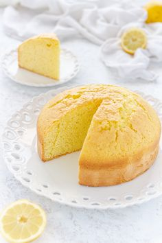 Torta soffice al limone, dolce gustoso e profumato .