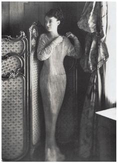 마리아노 포튜니 | Fortuny, Mariano 델포스(Delphos)는 릴리안 기쉬가 보여주듯이 4-5폭의 실크를 튜브형태로 바느질하여 어깨부분에서 고정시킨 것이다. 그녀의 네크라인 주변의 끈은 끝마무리로 또한 몸에 맞도록 조절할 수 있도록 드레스에 추가됐다. 포튜니는 고전적인 그리스에 대한 향수가 패션, 예술, 그리고 연극에 나타나기 시작했던 1907년경에 '델포스'를 디자인했다. 포튜니의 '델포스'가 독특한 것은 그 주름에 있었는데, 이 비밀스러운 과정에 대해 그는 1909년 특허를 내기도했다.