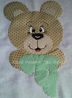 Toalha fralda dupla,com capuz, acabamento em viés, capuz em tricoline, forrada com tecido fralda. <br>Tamanho: 1,20 x 0,70 cm. Patch Quilt, Applique Quilts, Quilt Blocks, Bargello Quilts, Baby Girl Dress Patterns, Christmas Applique, Toddler Quilt, Mug Rugs, Applique Designs