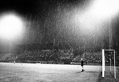 1963 will der 1. FC Saarbrücken seine Flutlichtanlage einweihen. Hätte man die Kohle doch besser für eine Komplettüberdachung ausgegeben.