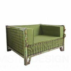 De Box Seat Fauteuil van Tweelink, ontworpen door Tineke & Marieke Willems, is een reïncarnatie van een oude roestige container. De klep ging open, er gingen heerlijke zachte kussens in en de Box Seat was geboren. Het resultaat mag er zeker zijn, een industriële en comfortabele loungestoel in zijn tweede leven. Wat dat betreft lijken de gaascontainers er wel voor gemaakt.   Omdat de kussens van 100 % waterdoorlatend schuim zijn, kunnen ze het hele jaar buiten blijven staan. En omdat de ...