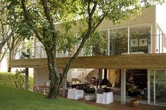 A casa de Paulo Borges em São Roque. Design nacional e arte popular definem morada.