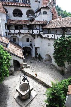 Courtyard of Bran Castle, Transylvania Romanesque Architecture, Architecture Old, Abandoned Castles, Abandoned Mansions, Draculas Castle Romania, Romanian Castles, Wonderful Places, Beautiful Places, Dracula Castle