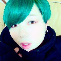 WEBSTA @ szkazm - .髪が緑になりました。顔は現物とは異なります。#髪#緑#みどり#ミドリ#green#セルフ#ブリーチ#からの#マニパニ#からの#バリカン#自撮り#誰