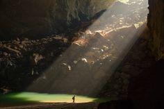 洞窟に差す陽光(ベトナム)