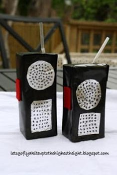 "Box Walkie Talkies Juice Box Walkie Talkies are a great ""green"" kids' craft that will keep them playing and pretending for hours.Juice Box Walkie Talkies are a great ""green"" kids' craft that will keep them playing and pretending for hours. Vbs Crafts, Camping Crafts, Crafts For Kids, Fête D'agent Secret, Photo Booth Anniversaire, Geheimagenten Party, Party Ideas, Fete Laurent, Milk Carton Crafts"