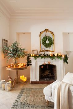 8 ideas for decorating fireplaces at Christmas - Interior and Exterior Decoration Christmas Fireplace, Nordic Christmas, Christmas Mantels, Magical Christmas, Christmas Mood, Noel Christmas, White Christmas, Christmas Centerpieces, Xmas Decorations