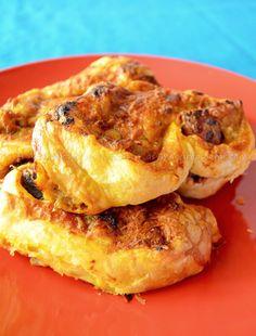 Πόσο νόστιμα μπορεί να είναι;;; ΠΟΛΥ!!! Γιατί έχουν και λουκάνικο και καπνιστή πάπρικα!!! Οι μελιτζάνες French Toast, Meat, Chicken, Breakfast, Food, Morning Coffee, Meals, Yemek, Buffalo Chicken