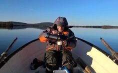Un pêcheur heureux sur le Lac Mieko à Pello en Laponie
