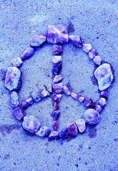 Purple peace sign in stones on beach. Hippie Peace, Hippie Love, Hippie Style, Hippie Things, Happy Hippie, Hippie Art, Hippie Gypsy, Gypsy Soul, Peace On Earth