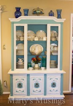 You don't have to be a professional painter to learn how to chalk paint! This china hutch makeover with Annie Sloan chalk paint is a shabby chic DIY! Chalk Paint Furniture, Furniture Projects, Furniture Makeover, Diy Projects, Diy Furniture, Refurbishing Furniture, Building Furniture, Antique Furniture, Project Ideas