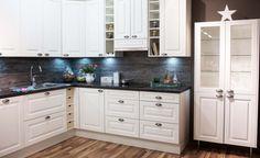 Tumma välitila antaa ryhtiä valkoiselle keittiölle. Ovimalli: LAKKA, valkoinen maalattu Vedin: RUT, antiikkitina Taso: MUSTA KIVIKUVIO, laminaatti
