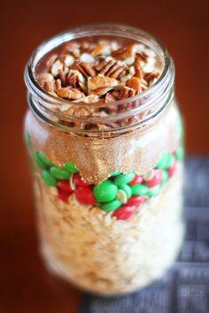 Handmade Christmas Idea: Cookie Mix in a Jar (halve recipe for pint jars) Mason Jar Cookie Mix Recipe, Cookie Mix Jar, Mason Jar Mixes, Mason Jar Tags, Mason Jar Cookies, Christmas Food Gifts, Handmade Christmas, Holiday Gifts, Christmas Ideas