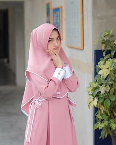 The particular scarf is central to the piece inside attire of girls using hijab. Niqab Fashion, Fashion Now, Muslim Fashion, Womens Fashion, Casual Hijab Outfit, Hijab Chic, Muslim Dress, Hijab Dress, Saree Photoshoot