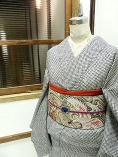 Frontal view of my favorite kimono with its crane obi. 白黒で染め出された鹿の子の総絞りが贅沢で美しい袷着物です。