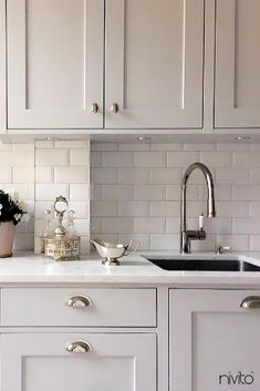 37 Top Choices Of White Shaker Kitchen Cabinets 1 Home Decor Kitchen, New Kitchen, Kitchen Mixer, Kitchen Grey, Design Kitchen, Kitchen Tips, Kitchen Ideas, Grey Kitchens, Cool Kitchens