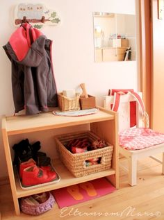 10 einfache Garderobentipps nach Montessori (Eltern vom Mars) A dressing station for a preschooler. This could go in a child's bedroom or the front hall. I especially love the left/right shoe guide on the bottom there! Montessori Bedroom, Montessori Toddler, Maria Montessori, Decorate Lampshade, Practical Life, Kid Spaces, Kidsroom, Home Staging, Kids And Parenting