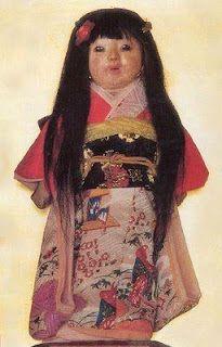 Okiku, muñeca cuya leyenda dice que le  crece el pelo pues el espíritu de una niña vive en ella