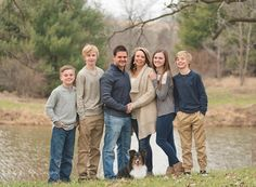 Neutral color scheme during large family photography session in Iowa Neutral Family Photos, Adult Family Photos, Large Family Pictures, Family Pictures What To Wear, Extended Family Photos, Large Family Poses, Winter Family Photos, Teenage Family Photos, Large Families