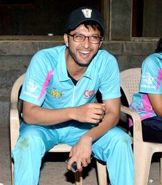 Vatsal Sheth enjoys a light-hearted moment at Celebrity Cricket League's practice match. #Bollywood #Fashion #Style #CCL #Handsome