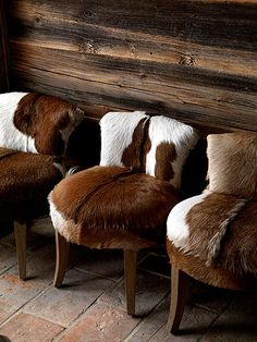 Rustic drama: Occasional chairs with hide upholstery. - Harriet Jones - - Rustic drama: Occasional chairs with hide upholstery. Cowhide Furniture, Cowhide Chair, Cowhide Decor, Western Furniture, Chalet Design, Chalet Style, Lodge Style, Design Hotel, Ski Chalet