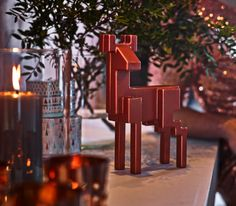 Tired of the traditional holiday colours and shapes? Add a little contrast with this glossy reindeer. Place it under your tree, in your bookshelf or on your windowsill.