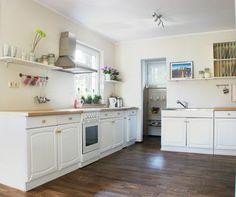 gepimpte Küche  vorher ein Portas-Albtraum  zu sehen unter no-go-Board  Die Oberschränke wurden abgenommen und durch Regale ersetzt. neue Arbeitsplatten ein Eimer weiße Farbe und ein paar Stehrumchen und voilá...