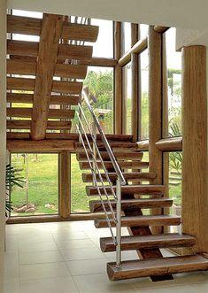 Escada em frente a paredes de vidro