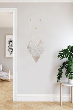 Oživte své zdi v interiéru. Skvěle vám k tomu poslouží třeba tato sada závěsných zrcadel na řetízku v zlaté barvě.