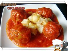 Albóndigas de espinacas y calabacín en salsa de pimiento