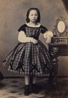 CDV-PRETTY-GIRL-in-fine-VICTORIAN-FASHION-fake-mirror-France-c-1870