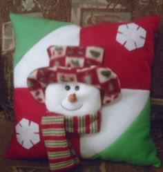 Resultado de imagen para como elaborar cojines navideños Christmas Sewing, Christmas Pillow, Christmas Love, Christmas Snowman, Christmas Stockings, Christmas Holidays, Christmas Crafts, Christmas Decorations, Holiday Decor