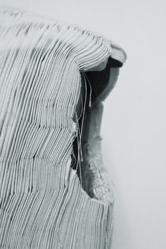 As an ex-pattern cutter of Comme des Garçons, Kei Ninomiya creates intricate, modular textiles with smocking and macramé techniques and complex patterns. Textile Manipulation, Fabric Manipulation Techniques, Textiles Techniques, Sewing Techniques, Textile Texture, Textile Fabrics, Fabric Textures, Phoebe English, Punto Smok