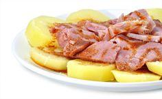 cocer las patatas en  rodajas  mientras se cuecen hacer la salsa con aceite  y pimenton sal y la pimienta despues escurrir las patatas y colocarlas en el plato y encimas el lacon partido en lonchas y regar con la salsa