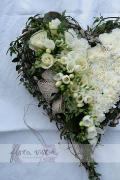 Funeral heart By Ingela Waismaa /Flora varia Deco Floral, Arte Floral, Floral Design, Funeral Flower Arrangements, Funeral Flowers, Cemetery Decorations, Country Wreaths, Sympathy Flowers, Diy Wreath