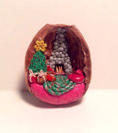 Miniature Christmas Scene Diorama in Walnut Shell  от MandasMinis