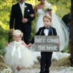 Love the idea of the ring bearer holding a sign