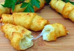 Tento recept je príkladom toho, že na prípravu skvelých jedál vám stačia aj obyčajné suroviny. Ak obľubujete klasickú domácu kuchyňu, predovšetkým lokše, dnešný recept je pre vás ako stvorený. Famózne spojenie mäkkého a jemne chrumkavého zemiakového cesta so syromzaručene ulahodí vašim chuťovým pohárikom a vaša rodina sa bude zalizovať. Budeme potrebovať: 200 g zemiakov 100 Slovak Recipes, Russian Recipes, Bread Recipes, Chicken Recipes, Vegan Recipes, Cooking Recipes, Cook N, Food 52, Food To Make